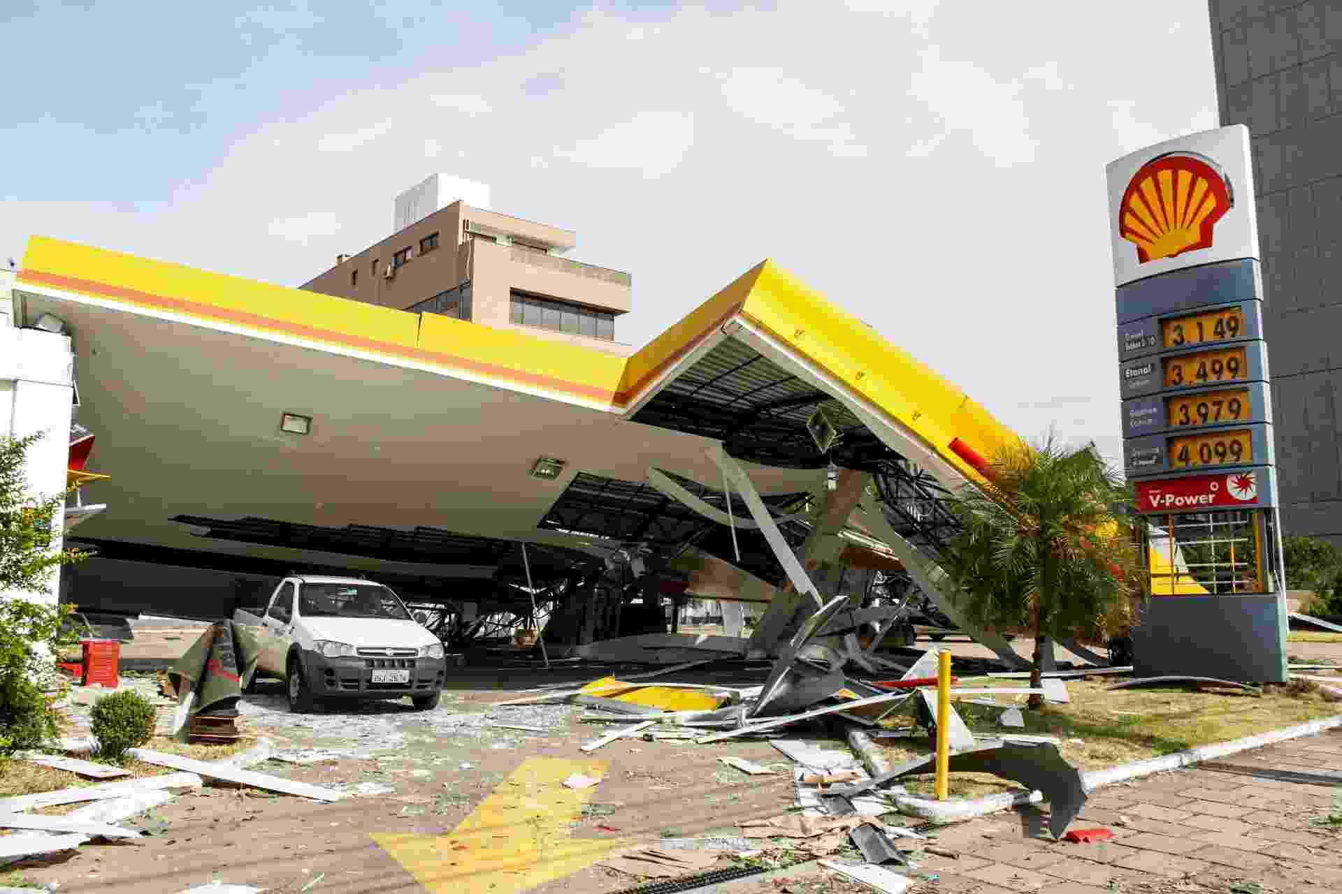 30.jan.2016 - O teto de um posto de gasolina em Porto Alegre desabou após o temporal com ventos de até 120 km que atingiu a capial gaúcha na última sexta-feira (29) - Ricardo Fabrello/Agência Free lancer/Estadão Conteúdo