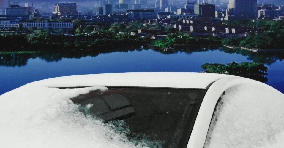 13.fev.2016 - Carro fica coberto de neve em Jinan, capital da província de Shandong, leste da China. A onda de frio atingiu a cidade no sábado, trazendo uma queda de até 12 graus Celsius à temperatura local