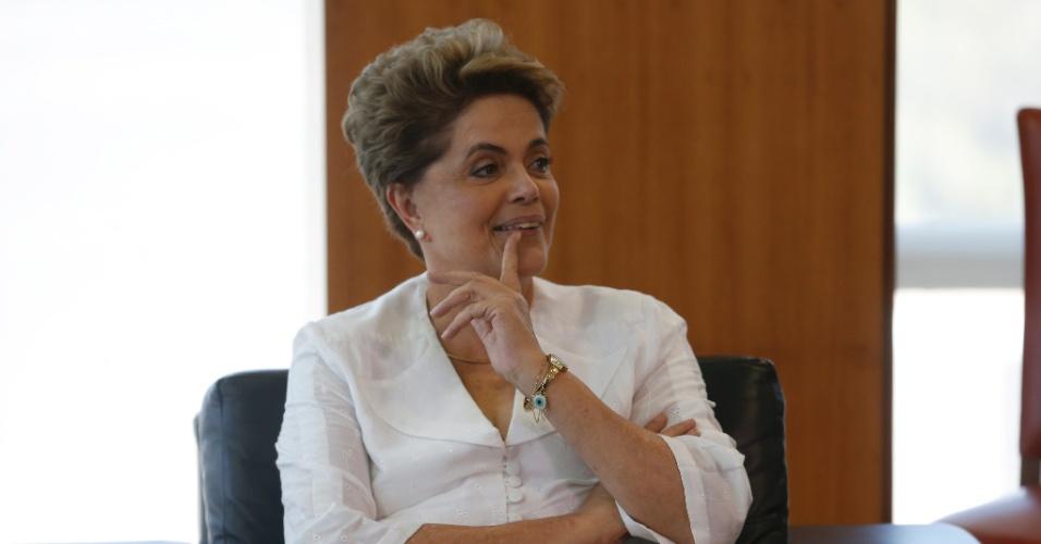 15.abr.2016 - A presidente Dilma Rousseff gesticula durante reunião com o secretário geral da OEA (Organização dos Estados Americanos), Luis Almagro, no Palácio do Planalto