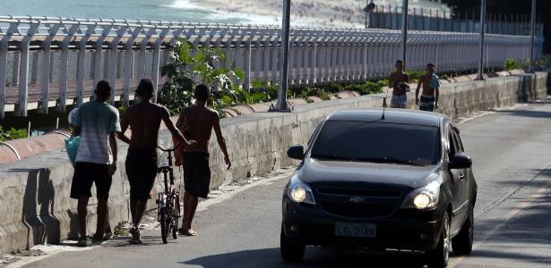Pedestres, ciclistas e carros disputam um lugar na avenida Niemeyer, perto de onde caiu parte da ciclofaixa