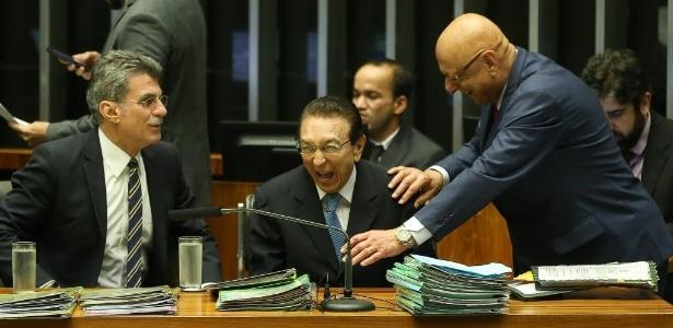 Os senadores Romero Jucá (PMDB-RR) e Edison Lobão (PMDB-MA) riem ao lado do deputado Espiridião Amim (PP-SC)