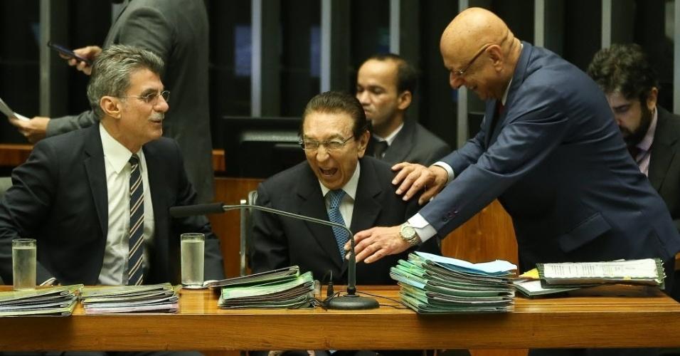 24.mai.2016 - Os senadores Romero Jucá (PMDB-RR), Edson Lobão (PMDB-MA) e o deputado Espiridião Amim (PP-SC) participam de sessão do Congresso Nacional, em Brasília, que votou os vetos e a nova meta fiscal do governo interino de Michel Temer (PMDB). A sessão virou a madrugada desta quarta-feira (25)