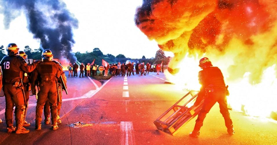 25.mai.2016 - Policiais franceses tentam dispersar manifestantes que ergueram uma barricada em refinaria. O protesto é contra as reformas trabalhistas propostas pelo governo. A greve de trabalhadores de refinarias ameaça paralisar o país, semanas antes da realização da Eurocopa 2016
