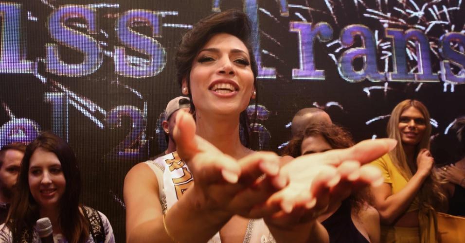 27.mai.2016 - Talleen Abu Hanna comemora após vencer a primeira edição do concurso de beleza Miss Trans Israel, em Tel Aviv