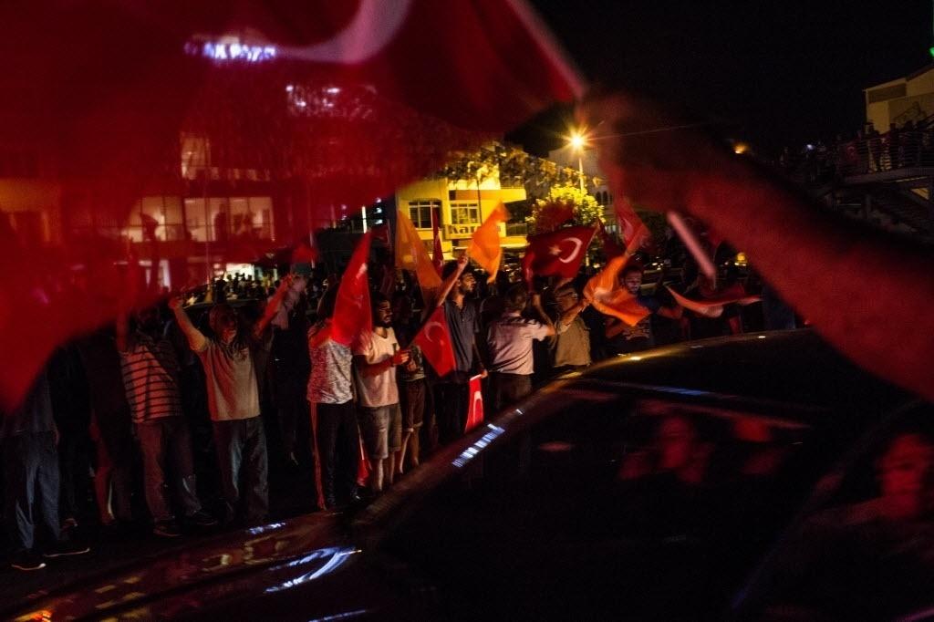 15.jul.2016 ? Pessoas lotam as ruas de Antália com bandeiras da Turquia durante a tentativa de golpe militar no país. Uma tentativa de golpe militar na Turquia nesta sexta-feira (15) colocou o país em uma situação caótica. Os militares tomaram as ruas da capital, Ancara, e de Istambul, e declarou lei marcial, que suspende as liberdades fundamentais da população e veta manifestações