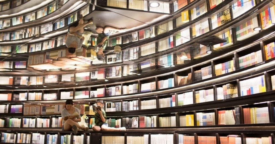 4.set.2016 - Jovens folham livros em livraria de Hangzhou, cidade na China que recebe o encontro do G20, que reúne as maiores economias do mundo