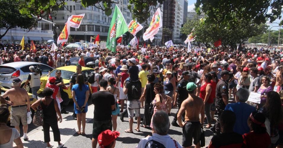 4.set.2016 - Manifestantes contrários ao governo de Michel Temer (PMDB) fazem protesto no Rio de Janeiro. A concentração do ato, chamado por movimentos sociais e centrais sindicais, ocorreu em frente ao hotel Copacabana Palace