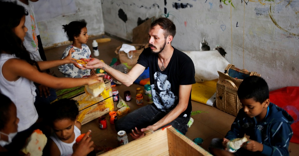 15.nov.2016 - Membro da comunidade LGBT de São Paulo, Jorge (no centro), 31, ensina pintura a crianças em prédio ocupado no Centro da capital paulista