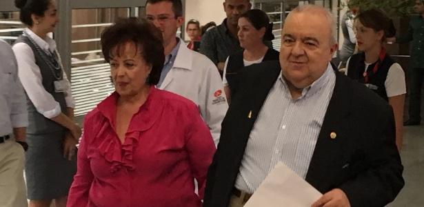 Greca caminha para falar com jornalistas acompanhado da mulher, Margarita Sansone, após ter alta de hospital