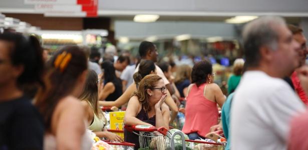Capixabas fazem fila em supermercado de Vitória para estocar alimentos durante a paralisação dos policiais militares do Estado
