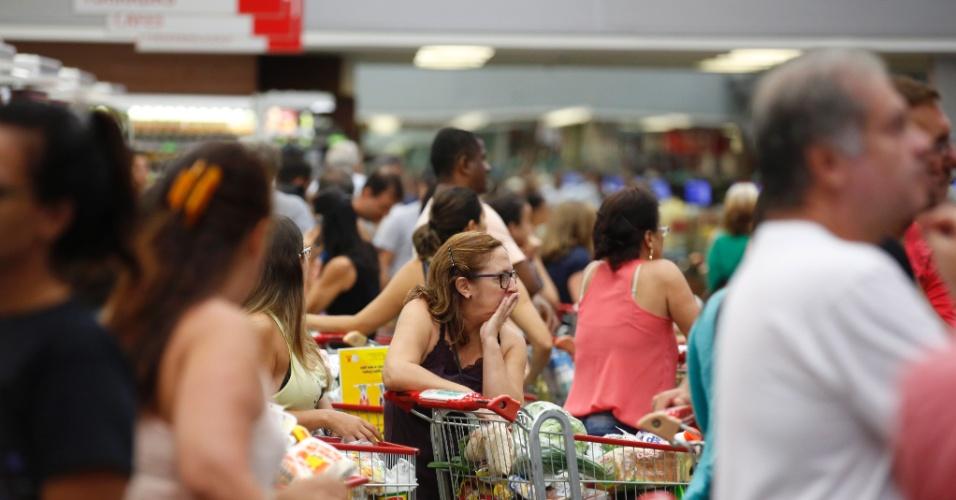 9.fev.2017 - Greve dos policiais militares no Espírito Santo promove correria aos supermercados, que começam a ficar com prateleiras vazias. Alguns moradores de Vitória passaram a estocar comida