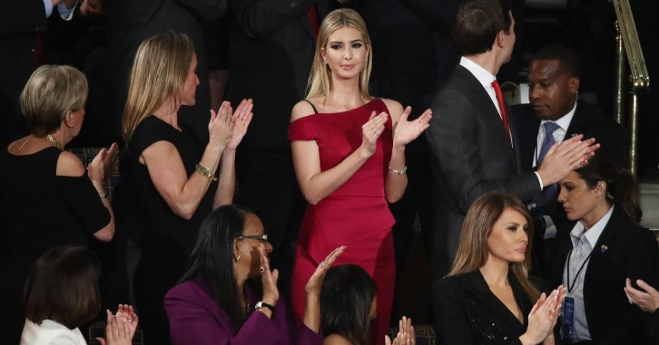 28.fev.2017 - Ivanka Trump (vestido vermelho) acompanha discurso de seu pai Donald Trump no Congresso, em Washington DC
