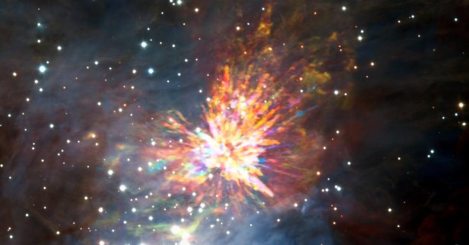 7.abr.2017 - Uma explosão estelar é captada em imagem feita pelo observatório ALMA (Atacama Large Millimeter Array), o maior complexo astronômico do mundo. A imagem, divulgada pela ESO (European Southern Observatory) nesta sexta-feira (7), mostra os detritos similares a fogos de artifício surgidos no momento do nascimento de um grupo de estrelas maciças