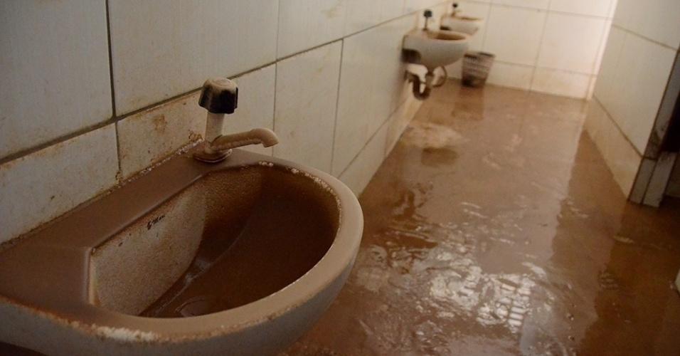 31.mai.2017 - Banheiro cheio de lama na creche municipal de Jacuípe, que foi alagada e passa por mutirão de limpeza após fortes chuvas fazerem o rio transbordar