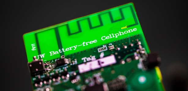 Engenheiros da Universidade de Washington criam o primeiro celular sem bateria que pode enviar e receber chamadas usando apenas alguns microwatts de energia