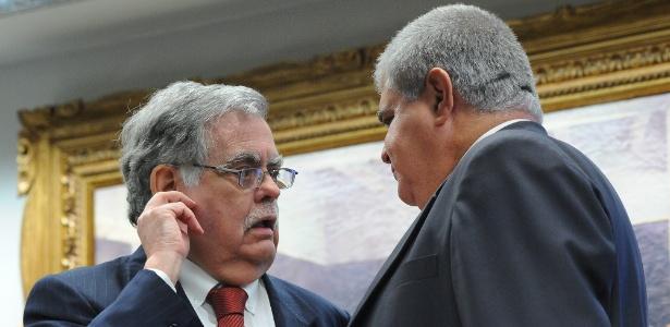 O advogado de defesa de Temer, Antonio Mariz de Oliveira (esq.), e o deputado Carlos Marun (PMDB-MS) na CCJ