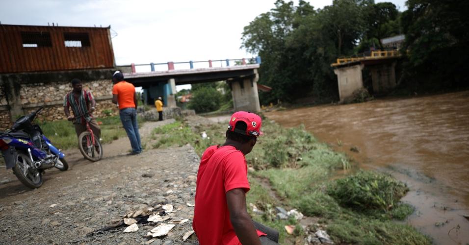 8.set.2017 - Homens observam ponte na fronteira entre o Haiti e a República Dominicana que caiu durante a passagem do furacão Irma pela comuna haitiana Ouanaminthe