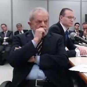 O ex-presidente Lula e o advogado Cristiano Zanin, ao fundo