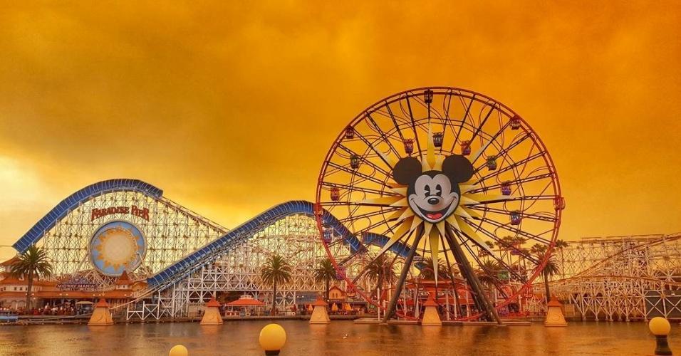 11.out.2017 - Disneylândia, em Anaheim, com o céu coberto por fumaça dos incêndios que atingiram a Califórnia