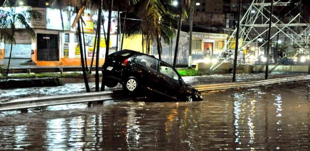 Bastaram 20 minutos de chuva em Campinas para alagar ruas da cidade