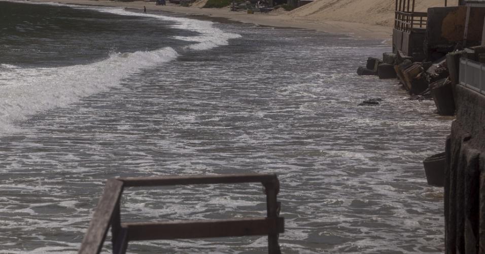 23.nov.2017 - Água invadiu píeres e restaurantes emblemáticos na praia dos Ingleses, no norte de Florianópolis; ao menos oito praias famosas foram afetadas pelas forças das água