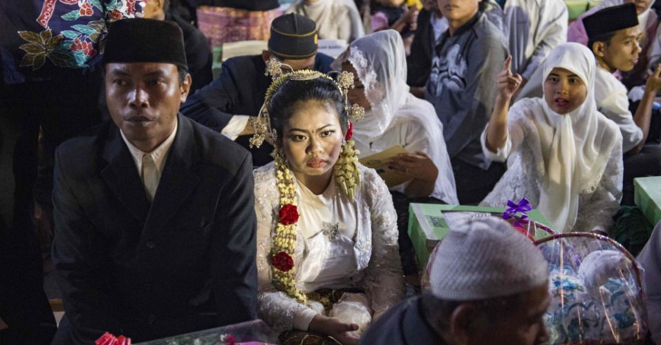 Mais de 500 casais aproveitam as celebrações do Ano-Novo para se casar em Jacarta, na Indonésia