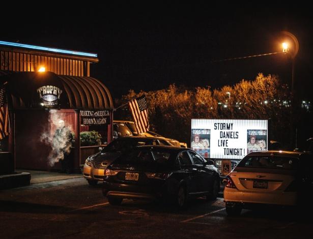 Homem fuma em frente à boate Trophy Club, em Greenville, na Carolina do Sul, onde a atriz pornô Stormy Daniels se apresentou