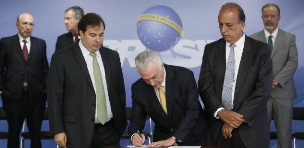 Presidente Michel Temer assina intervenção federal no Rio de Janeiro ao lado do governador do Estado, Luiz Fernando Pezão (PMDB-RJ), e do presidente da Câmara, Rodrigo Maia (DEM-RJ) - Divulgação/PR