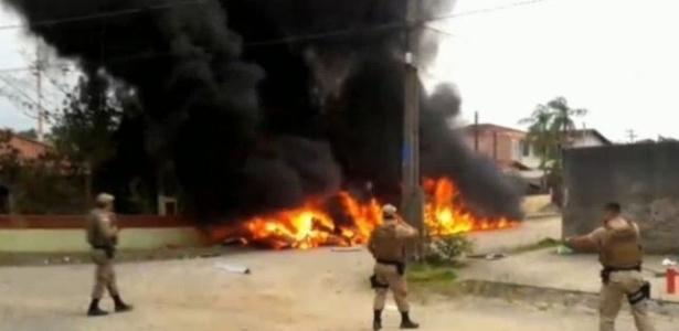 Helicóptero cai e explode em Joinville (SC)