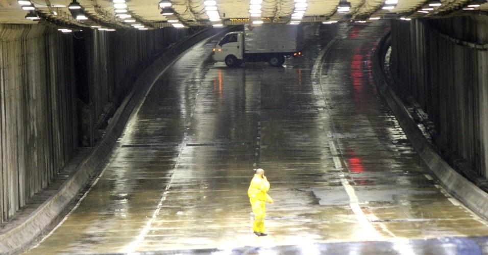 20.mar.2018 - Chuva causa interdição do túnel Papa João Paulo 2º, na região central de São Paulo (SP)