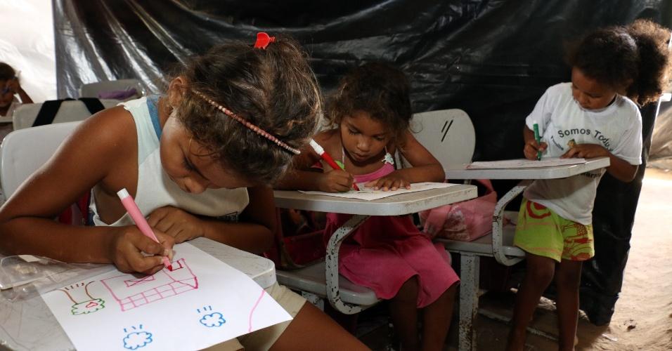 5.abr.2018 - Cerca de 50 alunos assistem às aulas sob lonas; merenda e material escolar são doados para que a escola continue funcionando