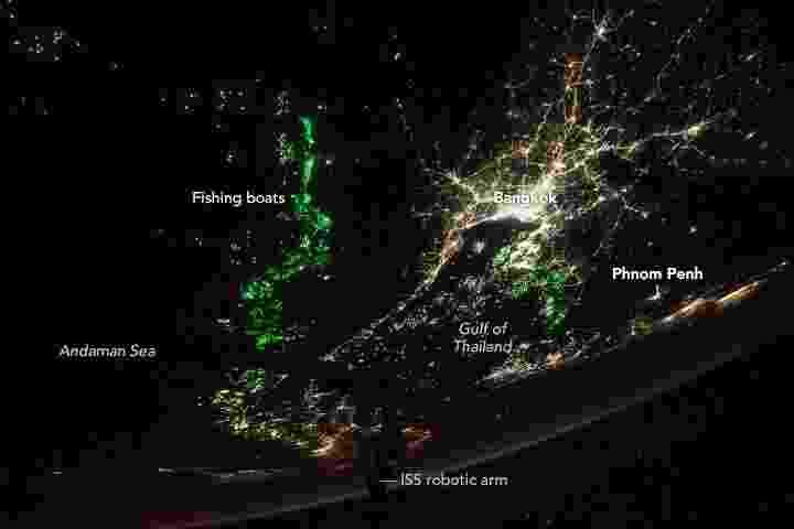 30.mai.2018 - Foto tirada direto da Estação Espacial Internacional mostra Bangkok (Tailândia) iluminada pelas luzes da cidade, além das águas de Andaman e do Golfo iluminadas por centenas de luzes verdes em barcos de pesca usadas para atrair o plâncton e o peixe, a dieta preferida de lulas comercialmente importantes. Na imagem, a fronteira entre a Tailândia e o vizinho Camboja a leste é marcada por uma diferença marcante no número de luzes da cidade - Nasa