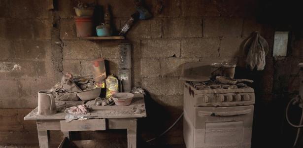 Cozinha de uma casa coberta de cinzas após erupção do vulcão de Fogo em Los Lotes, Guatemala