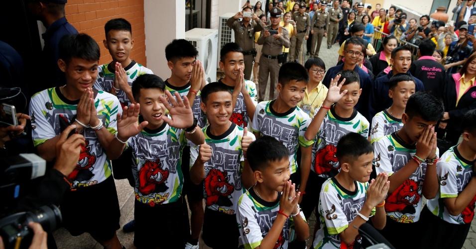 18.jul.2018 - Os 12 meninos e seu treinador de futebol que foram resgatados de uma caverna inundada chegam para uma entrevista coletiva na província de Chiang Rai, Tailândia