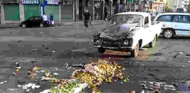 Frutas jogadas pelo chão após explosão de bomba na quarta em Suneida, na Síria - Xinhua