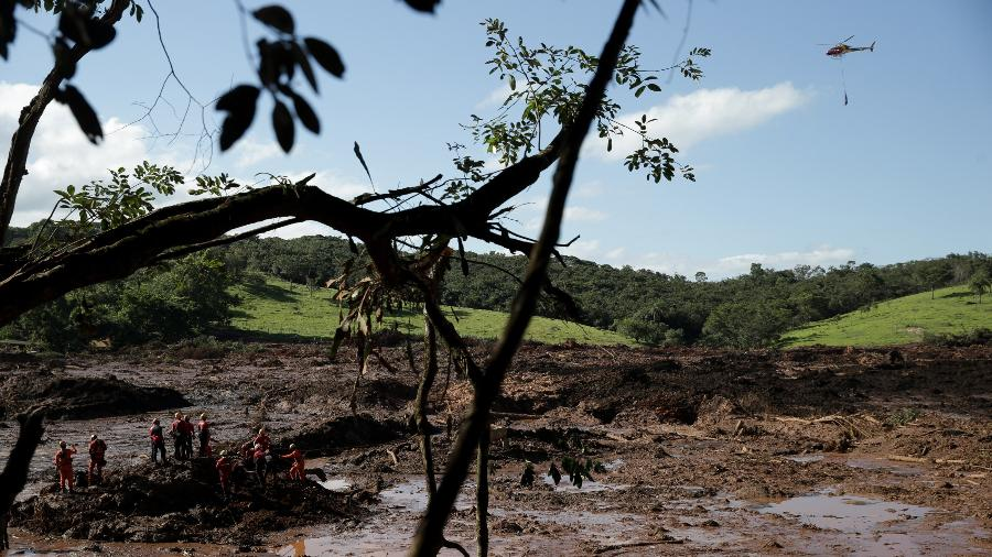 28.jan.2019 - Bombeiros e agentes da Defesa Civil trabalham no resgate de corpos de vítimas da ruptura da barragem da Vale em Brumadinho - Pedro Ladeira/Folhapress