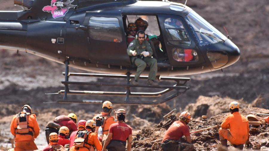 28.jan.2019 - Bombeiros e voluntários realizam trabalhos de resgate na região atingida pela lama após o rompimento da barragem de rejeitos da mina do Feijão, da Vale, situada em Brumadinho (MG) - Marcelo Prates/Futura Press/Estadão Conteúdo