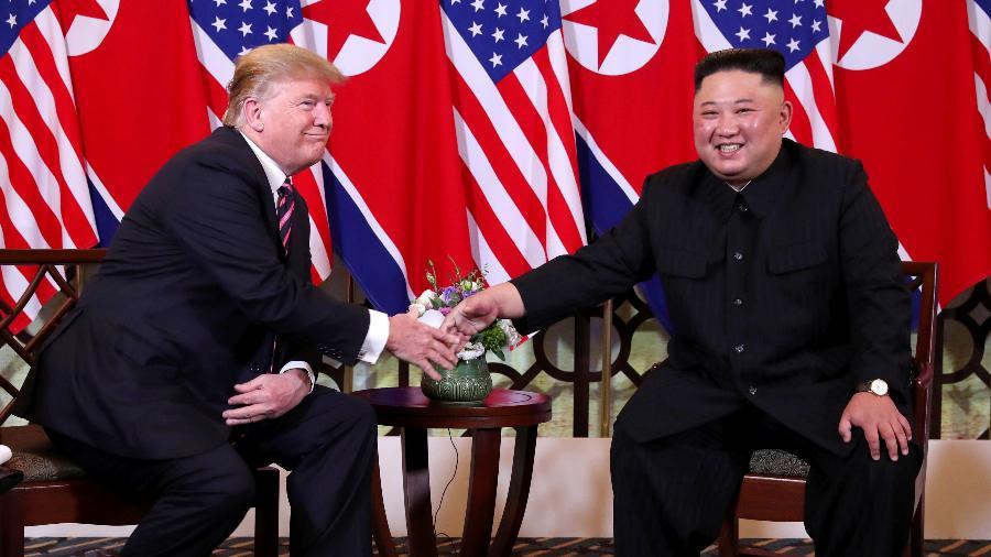 27.fev.2019 - Presidente dos EUA, Donald Trump, e o líder da Coreia do Norte Kim Jong-un, apertam as mãos em seu segundo encontro, em Hanoi, Vietnã - Leah Millis/Reuters