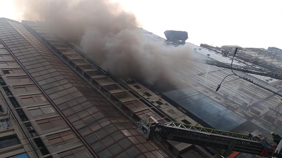 28.mar.2019 - Foto obtida na conta do Twitter de Mehedi Hasan Shishir (@ShishirAe) mostra bombeiros de Bangladesh lutando contra um incêndio em um prédio comercial em Daca - Mehedi Hasan Shishir (@ShishirAe) via AFP