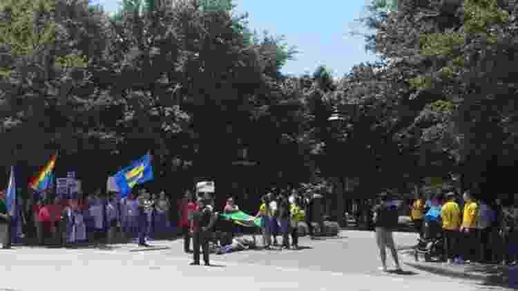 Grupos pró e contra Bolsonaro fizeram manifestação durante chegada do presidente a evento em Dallas - João Fellet/BBC News Brasil