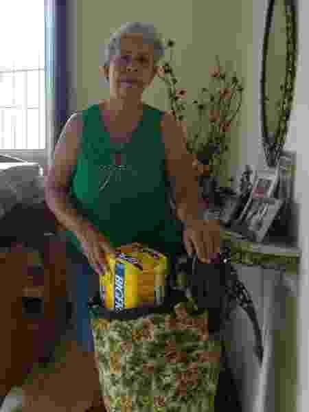 Vanda Lúcia Guimarães, com mala e a fralda do marido, Francisco, preparadas se precisar sair de casa numa emergência - Luciana Quierati/UOL