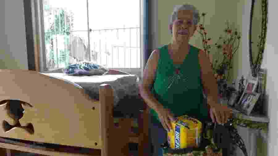 Vanda Lúcia Guimarães, com mala e a fralda do marido Francisco preparadas se precisar sair de casa numa emergência em Barão de Cocais (MG) - Luciana Quierati/UOL