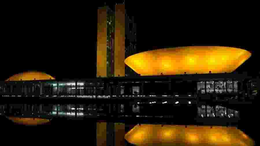 """No ano passado, o Congresso Nacional ganhou iluminação especial para o """"Setembro Amarelo"""" - Fabio Rodrigues Pozzebom - 18.set.2018/Agência Brasil"""