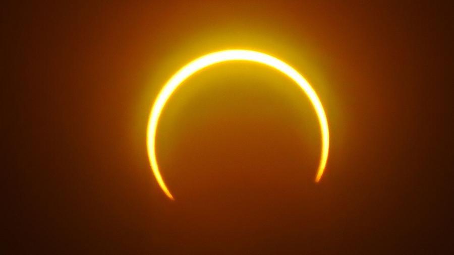 Eclipse solar anular acontece quando a Lua se move e cobre a luz solar - FERDINANDH CABRERA/AFP