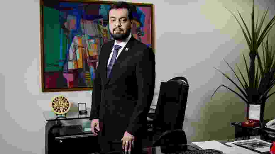 O governador interino do Rio, Claudio Castro, extinguiu duas secretarias ligadas à covid - Folhapress