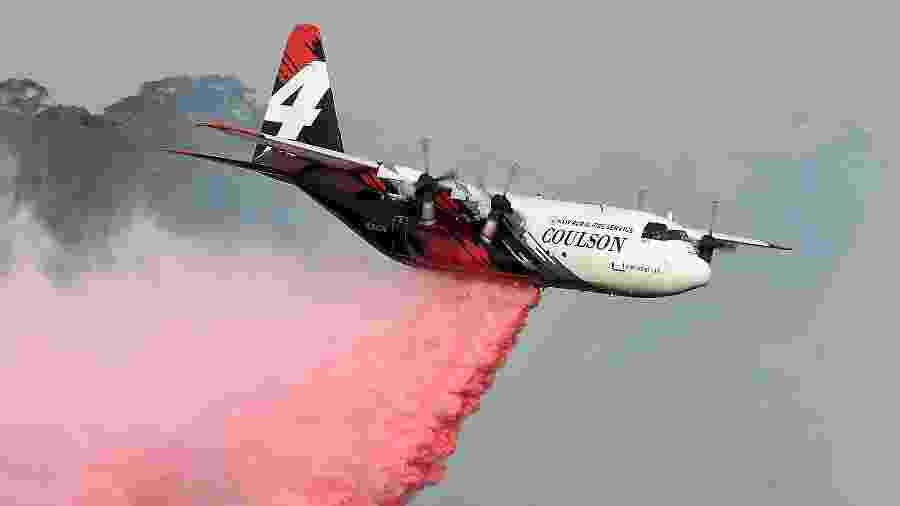 Foto tirada em 10 de janeiro mostra avião Hércules C-130 em operação durante incêndio florestal em Nova Gales do Sul, na Austrália - Saeed Khan/AFP