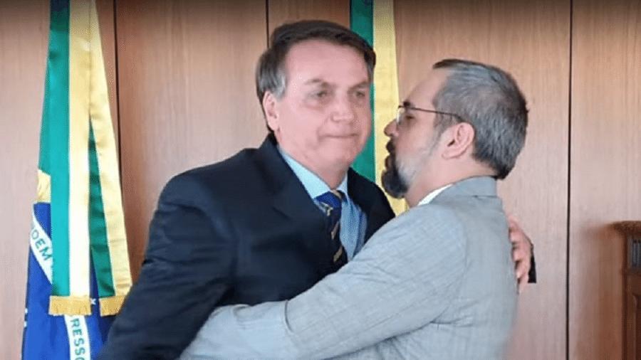 """Bolsonaro demonstra desconforto ao atender demanda por """"abracinho"""" do demissionário Abraham Weintraub - Reprodução/Facebook"""