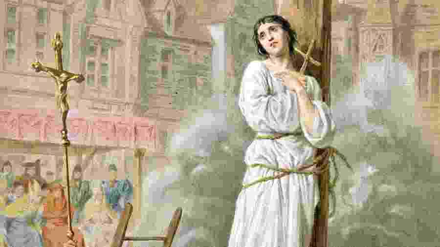 """Ilustração de Joana D""""Arc, queimada em fogueira em 10 de maio de 1431 - Ann Ronan Pictures/Print Collector/Getty Images"""