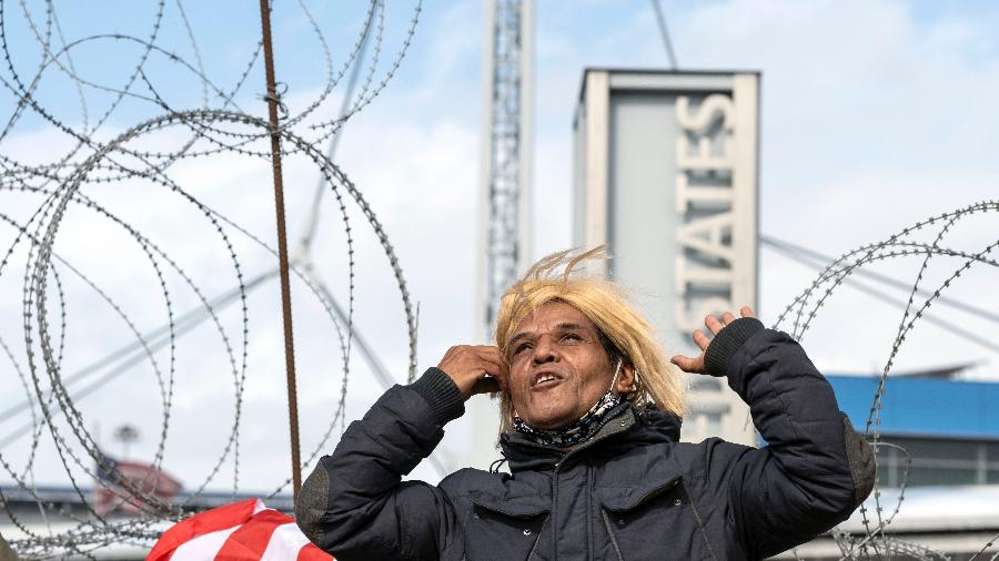 07.nov.2020 - Migrantes celebram vitória de Joe Biden na fronteira do México com os EUA - GUILLERMO ARIAS/AFP