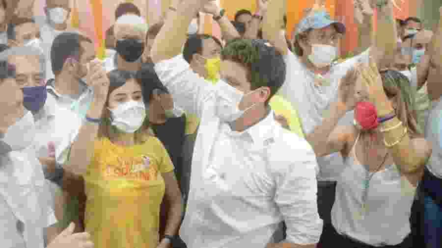 29.nov.2020 - João Campos comemora vitória ao lado da namorada, a deputada Tabata Amaral, em Recife - Beto Macário/UOL